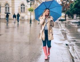 stylée sous la pluie